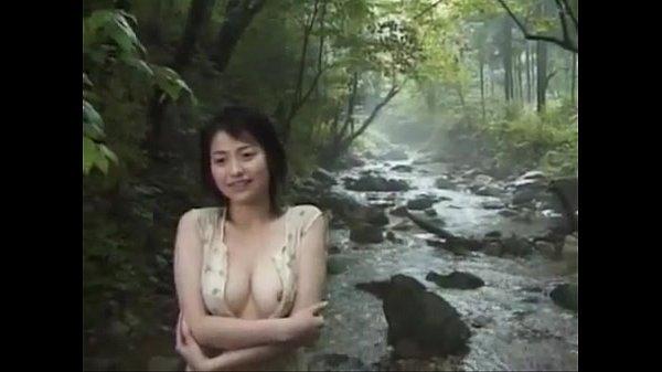 【野外露出】清純そうな色白美女が山中の河原で全裸野外露出に挑戦!