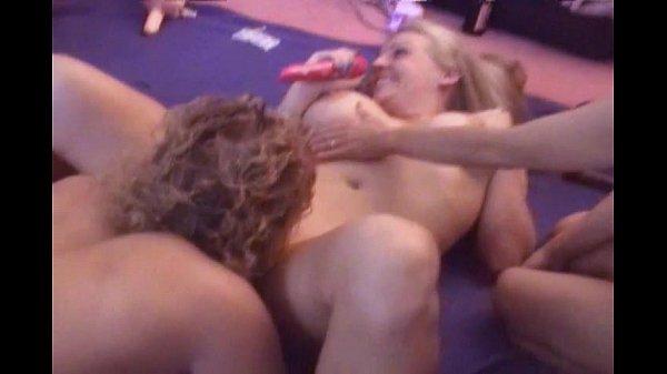 Un grupo de Milfs tienen sexo lesbico por primera vez, todas ellas tenían curiosidad de probar una jaiba