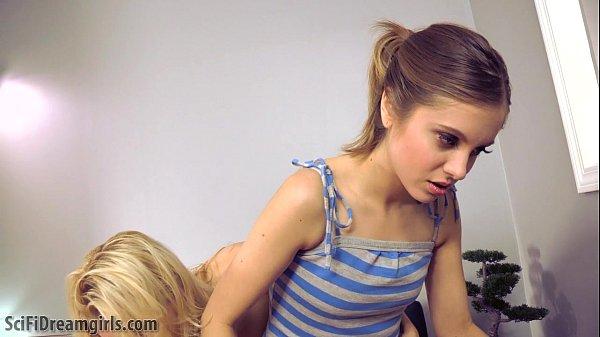 Blonda Buna Si-O Trage Cu Mamica Ei In Fata Camerei Web