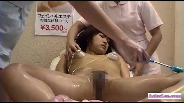 性感マッサージに来たお姉さんが媚薬入りローションをたっぷり塗られてマジイキ