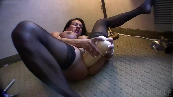 Çıplak kadın vücut geliştirmeci bir kabak ile kendini sikiyor!