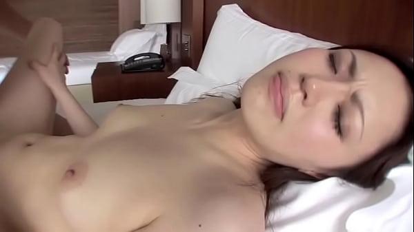 感じ方が艶っぽくてセクシーな色白巨乳お姉さんの正常位セックス