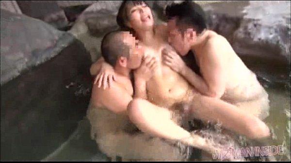 混浴温泉でオッサン達に拘束された美熟女が恥ずかしい姿で大量潮吹き