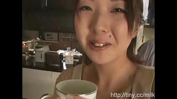母乳がまだ出る美人奥さんからビュービュー搾乳プレイ