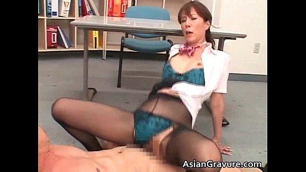 澤村レイコ CAの制服を着た熟女がペニスをねじ込まれザーメンをパンストにぶっかけられる
