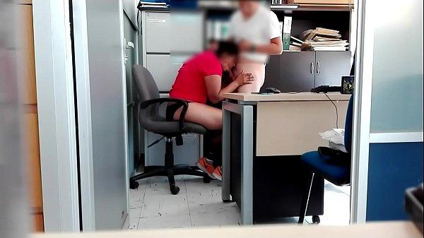 Se coge a la puta infiel de su patrona en la oficina cuando todos se fueron
