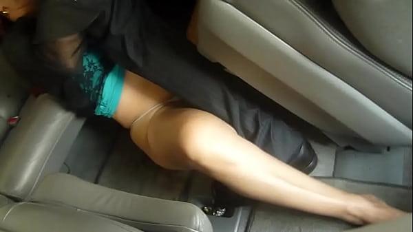 Desconocido le echa los mecos en la boca a caliente esposa puta mexicana mientras el marido maneja
