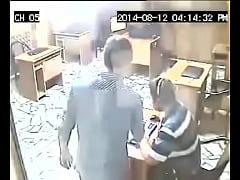 Patrão pega no flagra funcionário batendo punhe...
