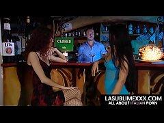 Ragazzo fortunato scopa due ragazze al bar