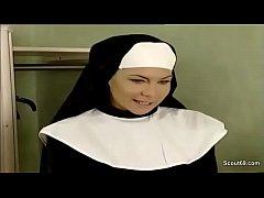 Priester fickt Klosterschuelerin in den Arsch