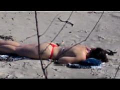 Namorada novinha gostosa tomando sol na praia d...