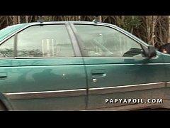Papy baise une grosse coquine avec un pote qui la sodomise sur la voiture