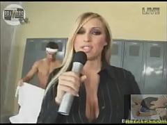 Repórter safada trocando o microfone pelo pau