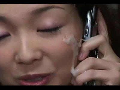 友達と電話をしながら、顔面シャワー!すごい量をかけられる!