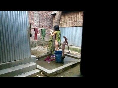 風呂盗撮庭のお風呂場で屋外バスルーム!民家風呂盗撮動画です。