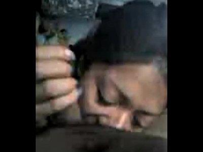 Madura caliente con ricas tetas se mete la reata caliente de su amigo a la boca, mientras que la estar mamando verga es grabada en este video porno