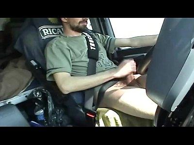 Homem batendo punheta no carro