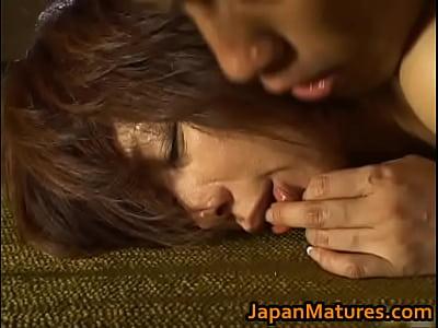 白肌美人妻翔田千里が息子に激しく突かれイキまくる禁断の近親相姦