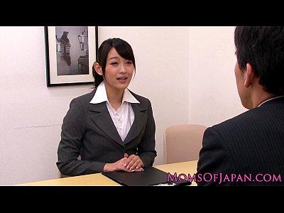 【AV女優SEX動画】風間ゆみの淫乱巨乳熟女上司が女子社員に欲情して社内レズプレイ