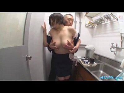 おっぱいの大きな女子社員を給湯室に呼び出して巨乳を鷲掴みにする