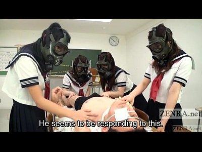 どういう状況!?マスク女子に囲まれ全身を撫で回される男…唾液責めなどマニアックなプレイも必見!