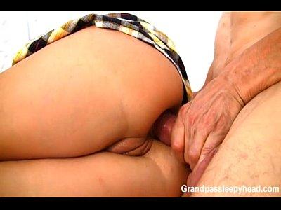 Cachorra do sexo ninfeta sendo acordada com pica