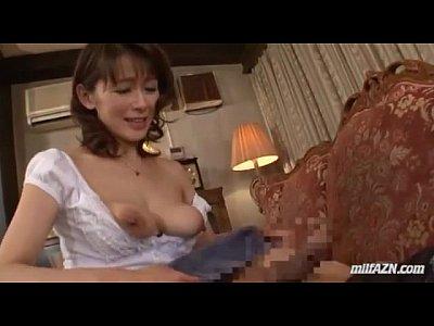 息子のキンタマを口に含み舌で転がしながら手コキする淫乱な母