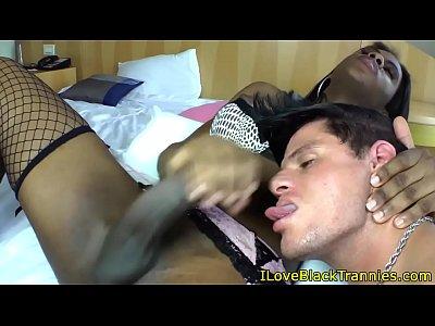 una morena transexual polluda recibiendo una rica mamada de verga