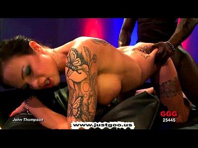 Morena rabuda tatuada dando a bucete pro negão