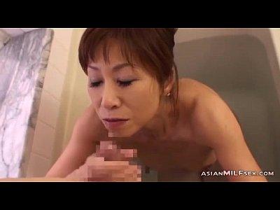 お風呂で息子の勃起したチンポをスケベに味わう近親フェラチオ!