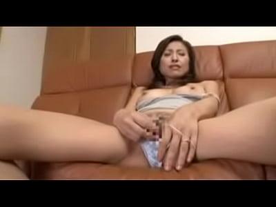 ローターオナニーだけでガンガン喘ぎまくり敏感な乳首を弄って快楽を求める淫乱熟女。