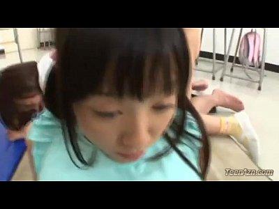 【JC パイパンロリ動画】貧乳で清楚な中○生が乳首を弄られながらクラスメイトの幼女と乱交セックスで潮噴きながらみんなでオシッコお漏らし