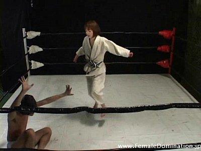 柔道女子VS拘束されたブリーフ男