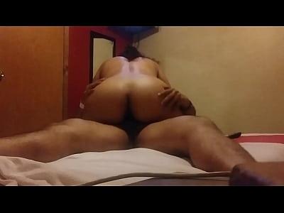Caliente mexicana se da unos buenos sentones con el culo, cuando esta de puta cogiendo con su amigo en un hotel de paso