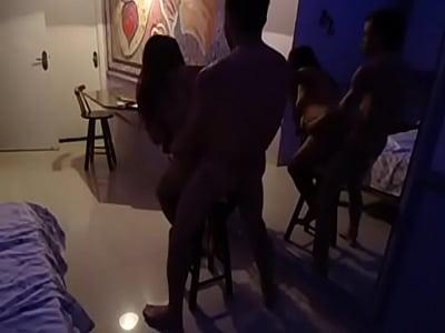 Cachonda casada puta empina el culo un poco para que su corneador le de una cogida de pie, cuando al estar de puta caliente su esposo cornudo la graba en este video xxx