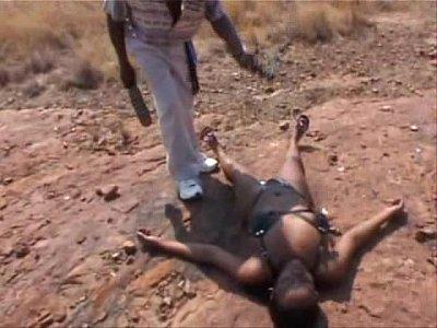 スタイル抜群のアマゾネス戦士黒人女性を捉えた敵部隊が靴でスパンキング調教する激ヤバ映像……