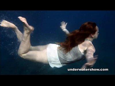 Nastya عارية تسبح في البحر