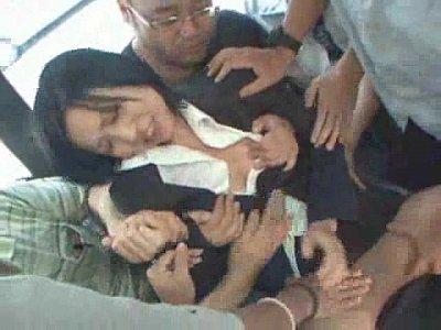 【痴漢】バスに乗ってきたスーツ姿のOLを乗客の男たちがお尻サワサワおっぱいモミモミと所かまわず大胆に痴漢しまくる!