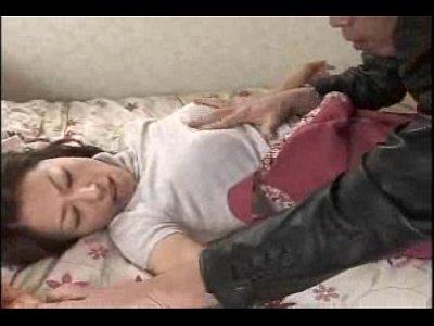生徒の叔母だった元恋人に再開し、無理矢理ベッドに押し倒す男