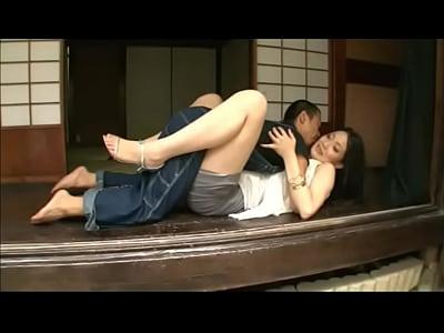 縁側で内田真由が濃密なペッティングに興じ、夢中になって接吻する。