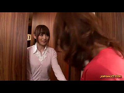 【レズ熟女動画】引っ越しの挨拶に来た奥さんを強引に犯そうとする巨乳人妻