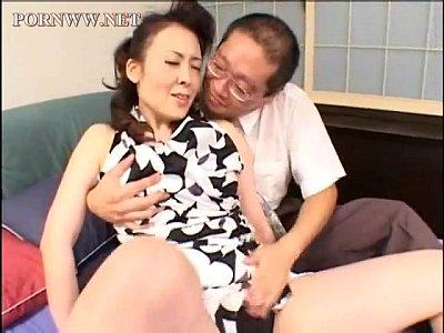 【黒咲瞳】五十路の母親が再婚相手の親父といやらしいキスしてるとこを覗き見!