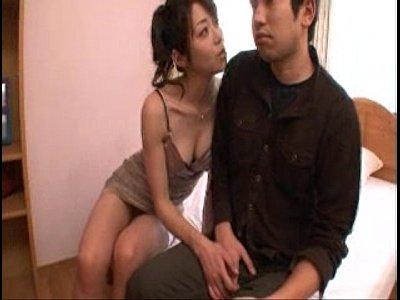 【人妻熟女xvideos】北条麻紀・可愛すぎる美容熟マミーに乳首舐めって方法コキ責め移り変わる完璧動画