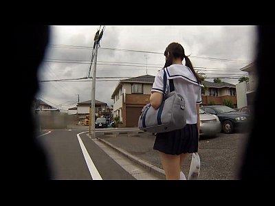 【xvideos】学校の帰りに複数の男たちに拉致され弄ばれるJK!