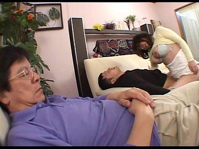 家族飲みで寝てしまった父親の横で大胆にも泥酔ママとベロキスエッチしちゃう♪