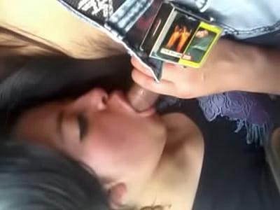 Esta mexicana caliente deja que su amigo la grabe en este video porno, cuando esta mamando verga como puta en el coche