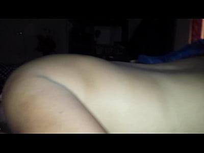 Sabrosa mamada de verga que le hace esta esposa puta a su marido, mientras que su invitado le esta metiendo una buena cogida al hacer este video xxx