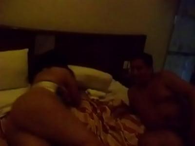 Cornudo graba como su esposa puta empina el culo, cuando su corneador le esta metiendo una buena cogida en un hotel