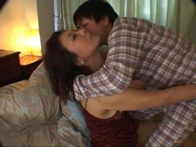 旦那の寝ている隣で熟女が息子に襲われて近親相姦SEX