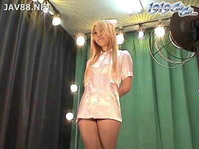 【着替え隠撮動画】風俗のパネル写真撮影する10代の金髪ギャル嬢の更衣室を隠しカメラ撮りww
